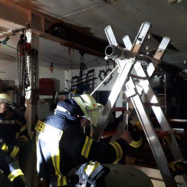 Haus im Brand + Person in Schacht gestürzt