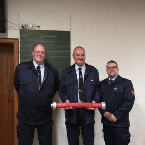 Ehrung für A. Renkenberger. Er hat das Rentenalter in der Feuerwehr erreicht und wechselt in die Alters- & Ehrenabteilung